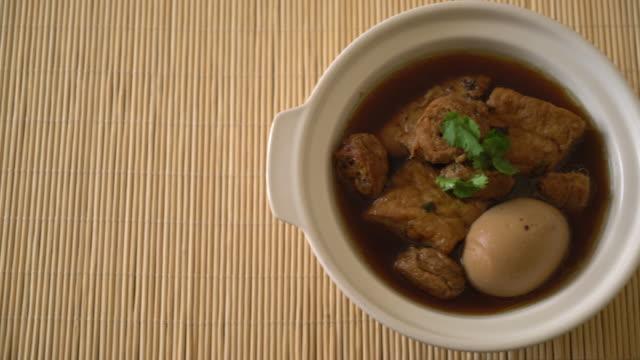 hartgekochten Eiern in süßer Soße mit tofu