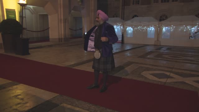 hardeep singh kohli at british asian trust awards at the guildhall on january 2 2017 in london england - ブロードキャスター ハーディープ・シン・コリー点の映像素材/bロール