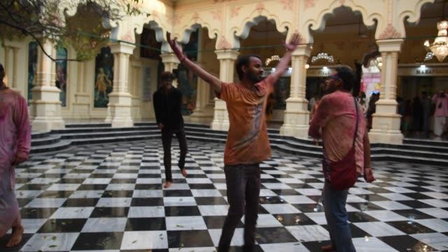 vídeos y material grabado en eventos de stock de hare krishna playing kirtan chants, vrindavan, india. - vrindavan