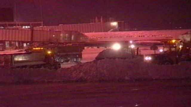 vídeos de stock, filmes e b-roll de o'hare tarmac in a snow storm at o'hare airport on december 11 2000 in chicago illinois - chuva congelada