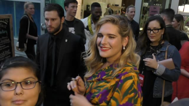 vídeos y material grabado en eventos de stock de hari nef signs for fans outside the assassination nation premiere at arclight cinerama dome in hollywood in celebrity sightings in los angeles, - cinerama dome hollywood
