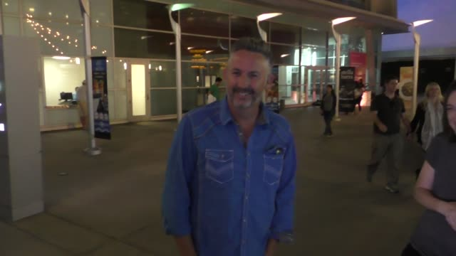 harland williams talks movies outside arclight cinemas in hollywood at celebrity sightings in los angeles on september 12 2015 in los angeles... - arclight cinemas hollywood stock-videos und b-roll-filmmaterial