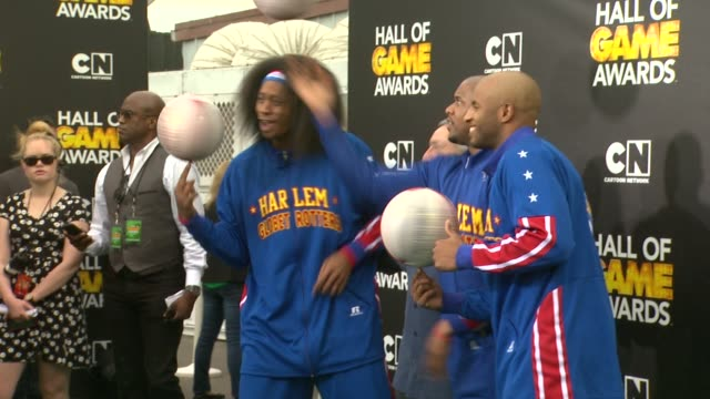 harlem globetrotters at cartoon network hosts fourth annual hall of game awards at barker hangar on february 15, 2014 in santa monica, california. - ハーレムグローブトロッターズ点の映像素材/bロール