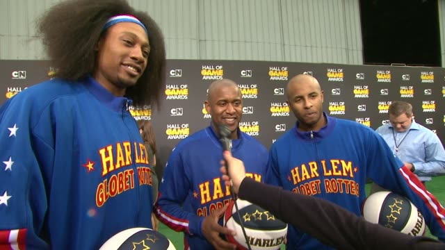 harlem globetrotters on being at the event, and on their favorite cartoons at cartoon network hosts fourth annual hall of game awards at barker... - ハーレムグローブトロッターズ点の映像素材/bロール