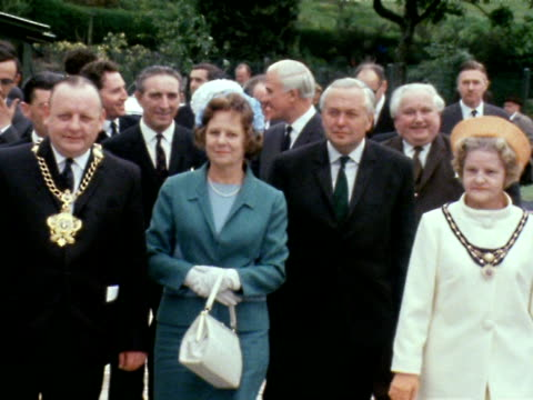 harold and mary wilson and an official party arrive at aberfan to officially open the newly built primary school june 1969 - harold wilson stock-videos und b-roll-filmmaterial