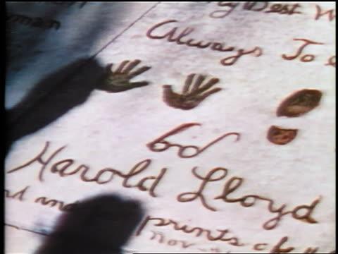 vídeos y material grabado en eventos de stock de 1937 harold lloyd's handprints in front of grauman's theatre / hollywood, ca / feature - harold lloyd cómico