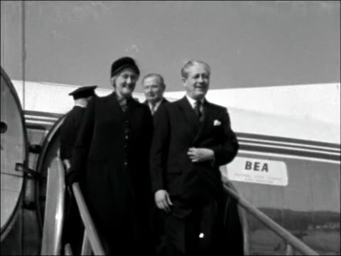 vidéos et rushes de harold macmillan arrives for talks with guy mollet; france: paris: le bourget: ext plane taxiing christian pineau waiting harold macmillan and wife... - prime minister