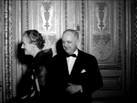 harold macmillan attends dinner in paris; france: paris: quai d'orsay: int harold macmillan , selwyn lloyd and christian pineau / lady dorothy... - prime minister点の映像素材/bロール