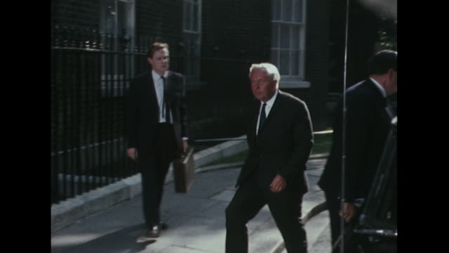 harold wilson arrives back at downing street for a crisis meeting following the russian invasion of czechoslovakia - harold wilson stock-videos und b-roll-filmmaterial