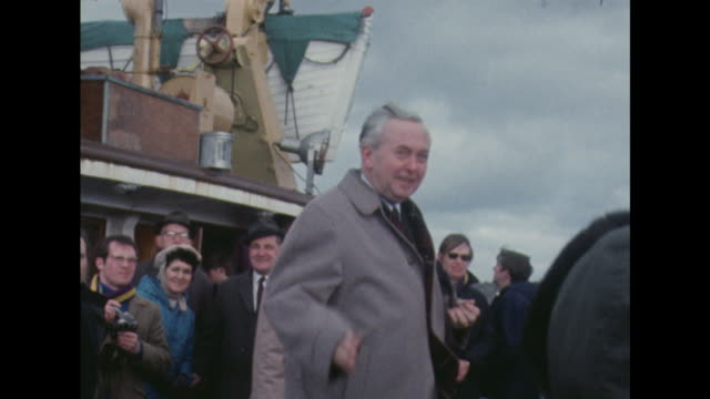 harold wilson boards a boat at penzance and waves to the crowds on the quayside - harold wilson stock-videos und b-roll-filmmaterial
