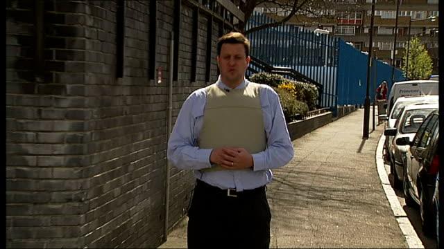 vídeos y material grabado en eventos de stock de harriet harman wears stab proof vest to tour her peckham constituency; england: london: peckham: ext reporter to camera - distrito electoral