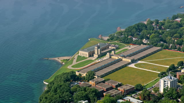 aerial r.c. harris water treatment plant on the shore of lake ontario - ontariosee stock-videos und b-roll-filmmaterial