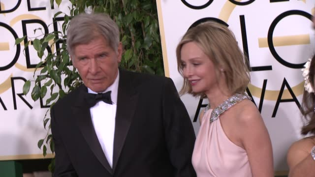 vídeos y material grabado en eventos de stock de harrison ford and calista flockhart at the 72nd annual golden globe awards arrivals at the beverly hilton hotel on january 11 2015 in beverly hills... - calista flockhart