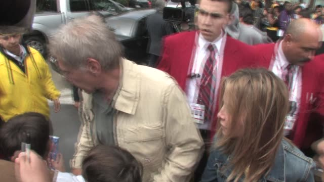 vídeos y material grabado en eventos de stock de harrison ford and calista flockhart at the staples center in los angeles 01/30/11 at the celebrity sightings in los angeles at los angeles ca - calista flockhart