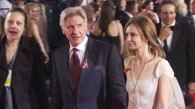 harrison ford , calista flockhart at the 67th annual golden globe awards - arrivals - part 1 at beverly hills ca. - calista flockhart stock-videos und b-roll-filmmaterial