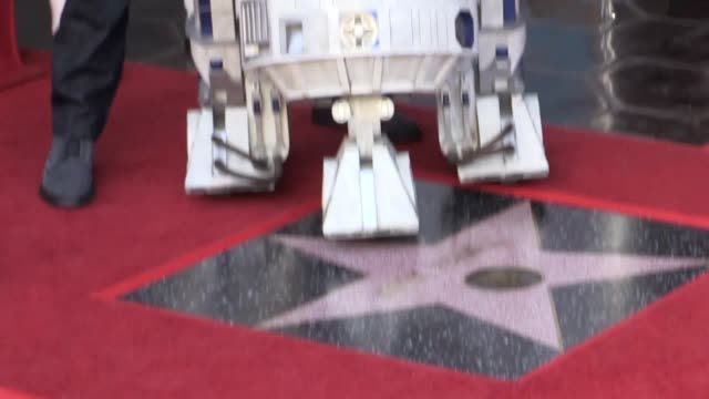 vídeos de stock, filmes e b-roll de harrison ford paid tribute to carrie fisher the late member of the original star wars trio as mark hamill was honoured on the hollywood walk of fame... - george lucas