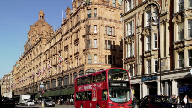 harrods department store in london brompton road - kensington und chelsea stock-videos und b-roll-filmmaterial