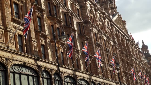 stockvideo's en b-roll-footage met harrods department store in london brompton road - brexit
