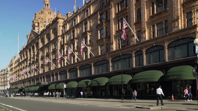 harrods department store in london brompton road - bandiera del regno unito video stock e b–roll