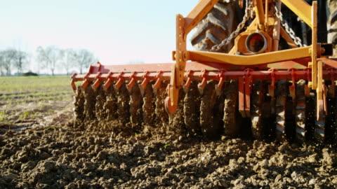 vídeos y material grabado en eventos de stock de slo mo harrowing del campo - campo arado