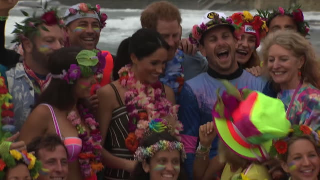 harry and meghan have enjoyed a day at the beach during the latest stop in sydney of their tour of australia new zealand and the pacific while the... - ロイヤルツアー点の映像素材/bロール