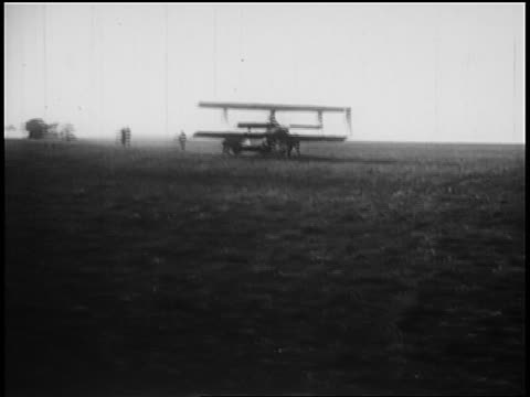 harry houdini in biplane taxiing on field before take off / australia / newsreel - 1910 stock-videos und b-roll-filmmaterial