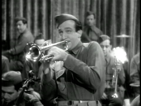 vidéos et rushes de harry james in uniform playing trumpet / band in uniform in background / feature film - 1942