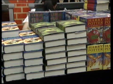 'harry potter and the half-blood prince' goes on sale; england: london: int piles of harry potter books on display in shop - harry potter titolo d'opera famosa video stock e b–roll