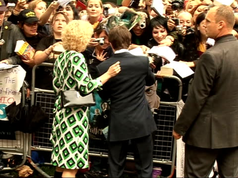 'harry potter and the order of the phoenix' interviews with cast back view of radcliffe signing autographs as along next crowd sot - autogramm stock-videos und b-roll-filmmaterial