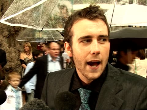 stockvideo's en b-roll-footage met 'harry potter and the order of the phoenix' interviews with cast matthew lewis interview sot i can't believe all these people turned up when it is so... - harry potter naam kunstwerk