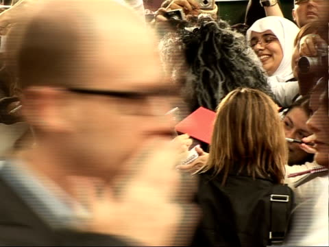 'harry potter and the order of the phoenix' interviews with cast various of harry potter fans crowded behind barriers / emma watson along thru crowd... - autogramm stock-videos und b-roll-filmmaterial