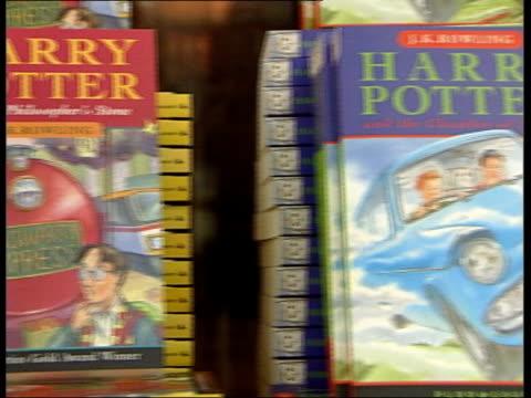 vidéos et rushes de publication date for next book announced; itn england: int cms 'harry potter and the philosopher's stone' book various harry potter books on display... - harry potter titre d'œuvre