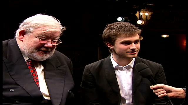 stockvideo's en b-roll-footage met harry potter star daniel radcliffe takes his first stage role in production of 'equus' richard griffiths and daniel radcliffe interview sot hopefully... - harry potter naam kunstwerk