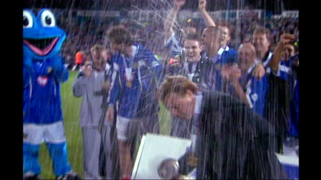 redknapp cleared of tax fraud lib hampshire portsmouth redknapp sprayed with champagne by portsmouth fc players as they celebrate winning the... - ハリー レッドナップ点の映像素材/bロール