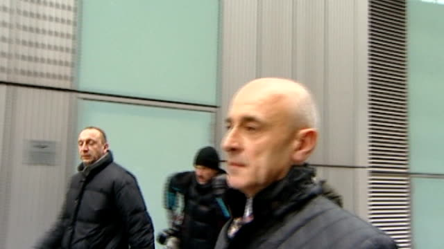 redknapp cleared of tax fraud t25011246 london southwark rob beasley arrives at court holding copy of 'the sun' - リチャード・パロット点の映像素材/bロール