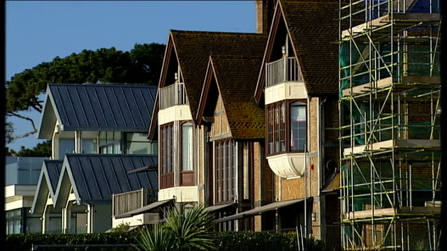 redknapp cleared of tax fraud graphicised sequence reconstruction bulldog running on beach dorset poole sandbanks general view of luxury houses on... - ハリー レッドナップ点の映像素材/bロール