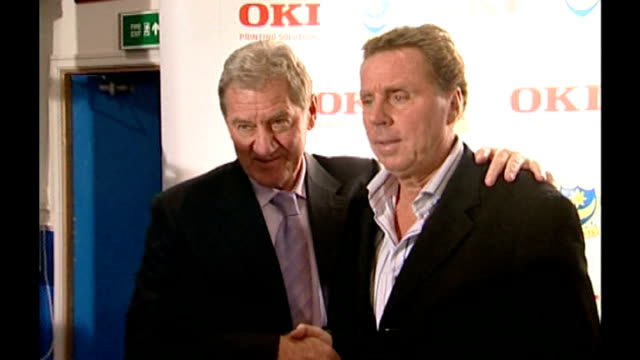 redknapp outburst in court 2005 portsmouth fratton park photography ** milan mandaric shaking hands with harry redknapp as he is unveiled as... - ハリー レッドナップ点の映像素材/bロール