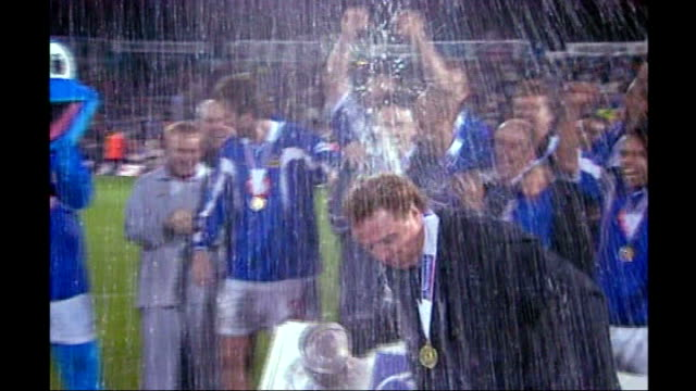stockvideo's en b-roll-footage met harry redknapp tax evasion trial starts 2003 fratton park redknapp celebrating promotion to premier league with champagne and trophy fans on pitch... - fa cup
