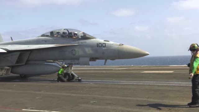 vidéos et rushes de uss harry s truman conducts flight operations in the eastern mediterranean sea - vaisseau militaire