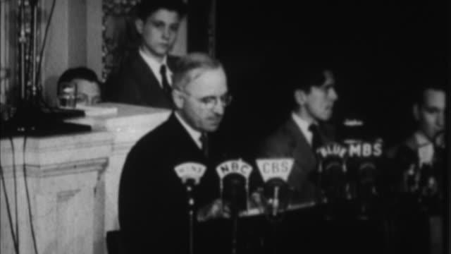 vídeos de stock, filmes e b-roll de harry s truman having speech in congress in front of microphones / washington d - presidente dos estados unidos