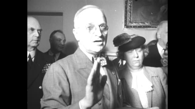 vidéos et rushes de harry s. truman stands with us supreme court justice harlan fiske stone in the cabinet room of the white house; he holds a bible and raises his hand... - bible