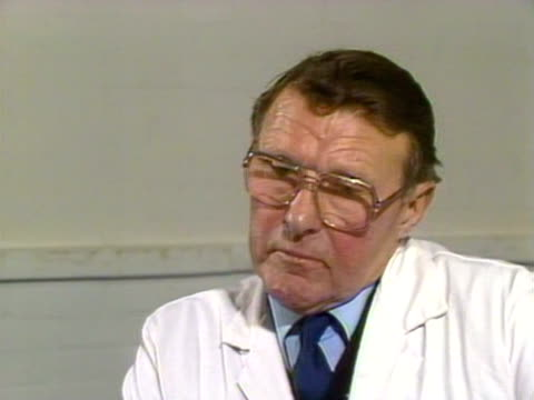 harry taylor, an egg farmer, talks about how much his business has lost since edwina currie's statement on salmonella in british eggs. 1988. - salmonella video stock e b–roll