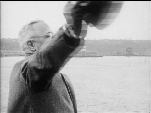 harry truman waving to battleships on hudson river / nyc / newsreel - 中年の男性一人点の映像素材/bロール