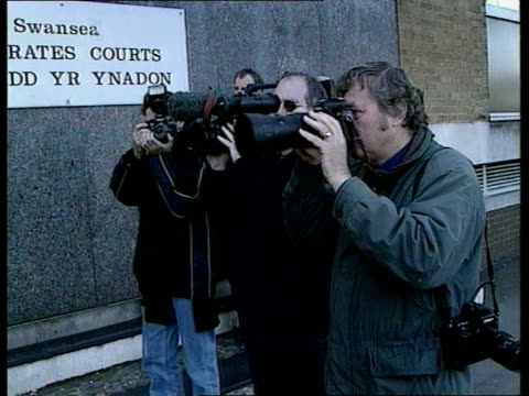 vidéos et rushes de hartson/berkovic; wales: swansea: day hartson along to court after being convicted of damaging a hanging flower basket photographers hartson along... - danger