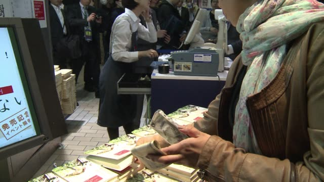 vídeos y material grabado en eventos de stock de haruki murakamis first collection of short stories in nine years hits the shelves in japan with some excited fans queuing for the midnight launch - haruki murakami