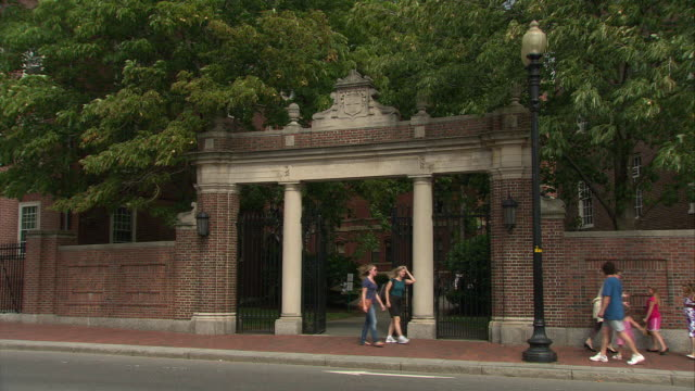stockvideo's en b-roll-footage met ws harvard university gate off massachusetts avenue / cambridge, massachusetts, usa - harvard university