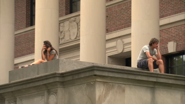 stockvideo's en b-roll-footage met ms harvard university library, students sitting on top of steps / cambridge, massachusetts, usa - harvard university