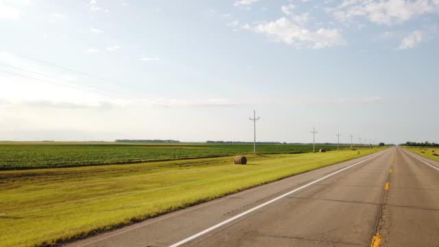 vídeos y material grabado en eventos de stock de harvested wheat field, bale of hay and country road - trigo