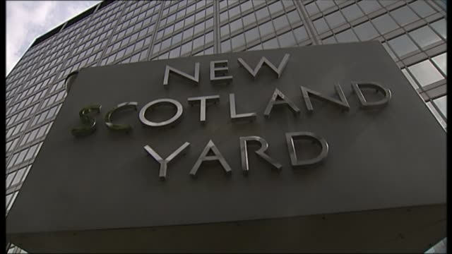 harvey proctor cleared of historic sex abuse allegations; date unknown new scotland yard revolving sign - ニナ・ホサイン点の映像素材/bロール