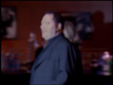 harvey weinstein at the 'gangs of new york' premiere at dga in los angeles, california on december 17, 2002. - ギャング・オブ・ニューヨーク点の映像素材/bロール